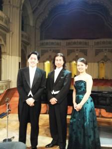 尾崎晋也先生(写真中央)、藤井恵さん(同右)、そして桐榮哲也(同左)